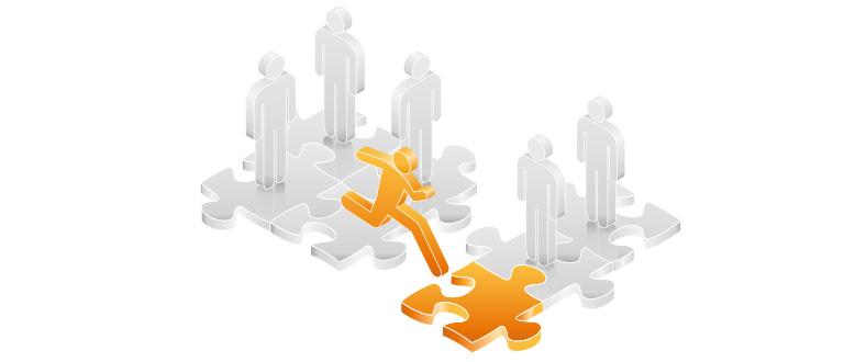 Die abstrakte Grafik zu Einflüsse auf Kaufentscheidungen erklären aus orangefarbenen und grauen Tönen zeigt stilisierte Figuren auf einem halb fertigen Puzzlespiel, die eine Figur läuft.