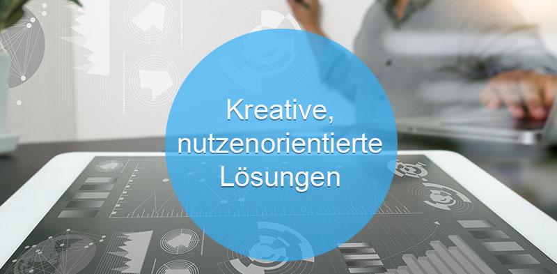 Das Bild zeigt einen Menschen, der für Data Sciences auf einem Analyzer arbeitet. Der Text darauf: Kreative, nutzenorientierte Lösungen.