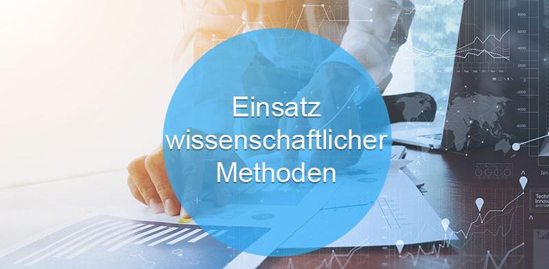 Das Bild zeigt eine Hand, die für Data Sciences auf einem Analyzer arbeitet. Der Text darauf: Einsatz wissenschaftlicher Methoden.